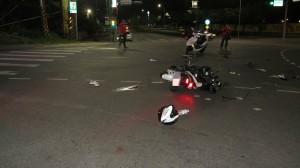 2男大生騎車雙載吃宵夜 路口闖紅燈撞車1死1傷