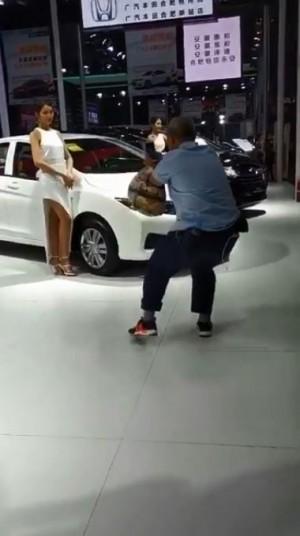 阿伯拍車模被人笑 啪啪啪事後影片流出…網友好羨慕