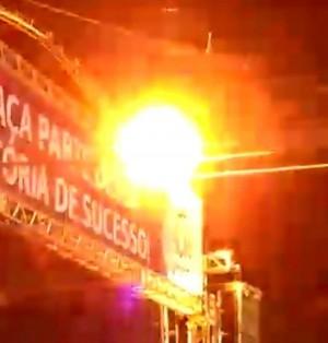 音樂祭爬上舞台頂端 男子觸電燒成火球慘死