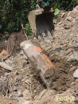 宜蘭羅東壽園傾倒廢棄物、湮證?怪手開挖出棺木蓋板…