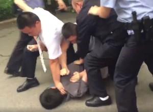 香港記者採訪維權律師 遭公安暴打、拘留、被悔過...