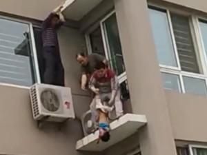 驚險!男童5樓開窗墜下 2樓鄰居神一抓救回