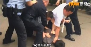 中國警方痛毆香港記者 掐頸撞地致頭破血流