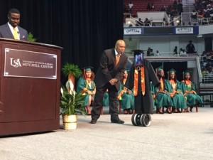 美國女學生因病住院 機器人代表她上台領畢業證書