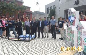 議場前玩「憤怒鳥」 藍委「砲轟」 蔡政府執政2年爭議