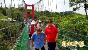 台南東原50年老吊橋重建    阿嬤開心:古早迎佛祖就走這裡