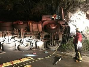 蘇花公路142.5K聯結車自撞山壁 下午恢復通車