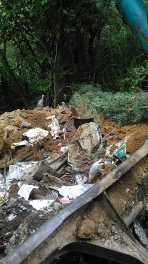 山區邊坡偷倒摻機車零件廢棄物 男子當場被逮