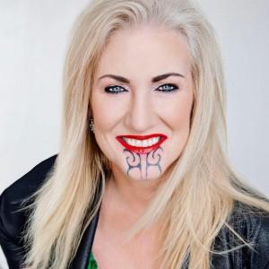 白人女性循毛利人面部刺青傳統 遭批:毛利人才能有