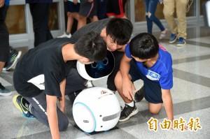 AI初體驗!高雄偏鄉學生前進南科 體驗自造機器人