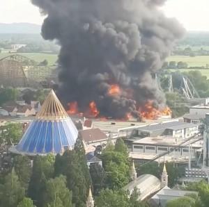 德最大主題樂園失火 500消防員連夜搶救「歐洲公園」