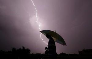 在暴雨中自拍 2妙齡女遭雷擊1命危