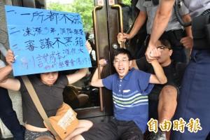 大學生抗議漲學費 闖教育部遭保護管束
