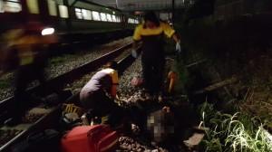 老翁坐平交道旁 遭火車撞飛受傷