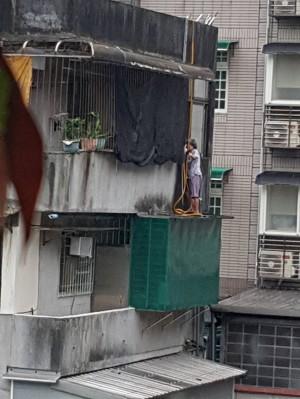 太猛了!93歲阿嬤學蜘蛛人 爬4樓頂拉水管垂降