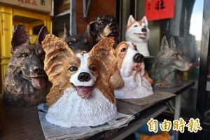 他用報紙捏狗塑像 換來2隻百萬美國鬥牛犬