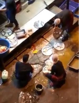 噁!用路邊積水洗碗遭起底  餐廳辯稱「員工是新來的」