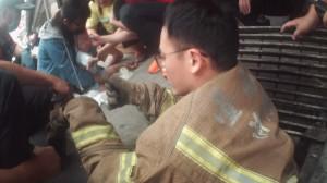 男童腳卡水溝透氣孔 打火兄弟化身「忍者龜」即刻救援