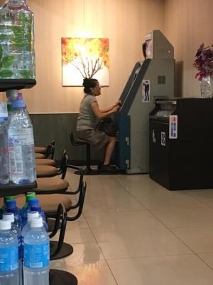 「大姐我已經等妳20分鐘了…」 她這個姿勢用ATM超狂