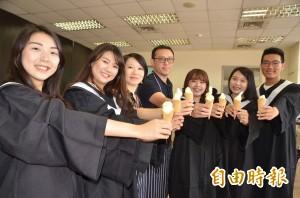 長榮大學送畢業生吃鳳梨霜淇淋 清涼又公益