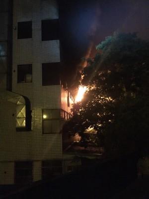 龜山工廠火警現場大量溶劑 消防員水柱灌救不冒險