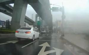 三寶!轎車未打方向燈 內車道右轉害騎士「犁田」