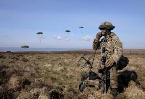 英國特種部隊手槍卡彈 用鐵鎚砸死3名塔利班