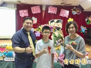 腦中風小學生今畢業  王新盛抱回生命小鬥士獎