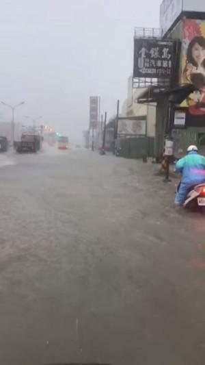 高雄大雨不斷道路成汪洋 影片曝光網友大呼「不怕旱災了」