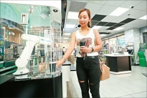 來杯不一樣的咖啡  全家超商引進「泡咖啡機器人」