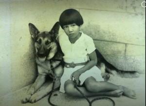 1939年女孩與狼犬平凡合照 背後全是戰爭的無奈