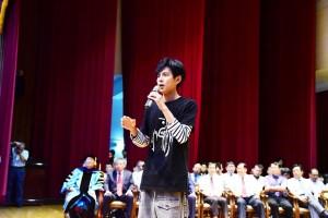 阿翔出席屏科大畢典 勉勵畢業生「不要害怕面對恐懼」