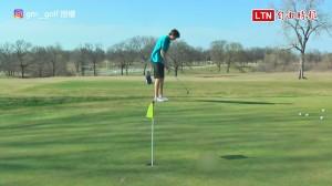 這樣也行? 18歲少年秀出用「頭槌」一桿進洞的高爾夫神技
