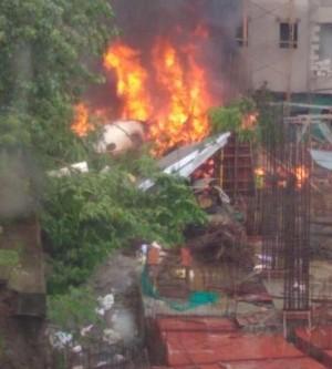 傳5人罹難!印度地方政府飛機驚傳墜落住宅區