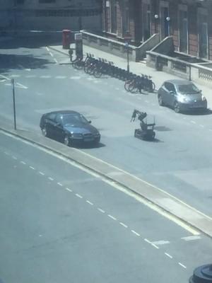 BBC又傳炸彈威脅?可疑車輛停總部外 拆彈機器人處理中
