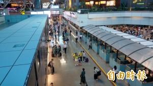 桃機二航廈電動走道冒濃煙    旅客緊急疏散、影響4航班