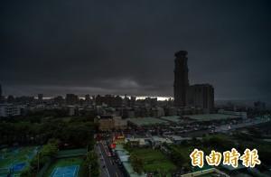 高雄清晨烏雲罩天空 仁武時雨量已達41.5毫米