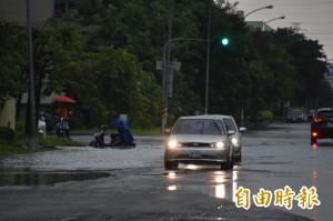 高雄岡山連夜大雨 本洲工業區多處積水