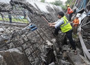 雨炸孟買大橋突倒塌 至少6人受傷、交通大亂