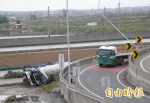這交流道頻傳大型車翻車事故 公路總局將體檢