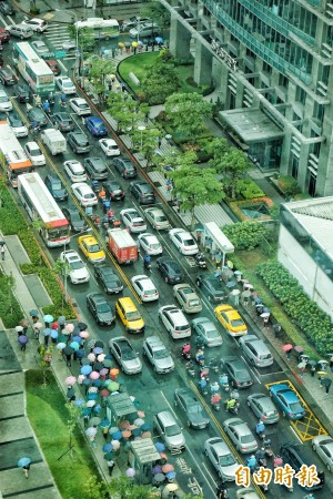 台北市提前下班捷運塞爆 交大:各道路車流都大