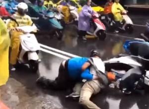 嫌颱風天不夠忙?中山北路大塞車 2騎士當街扭打