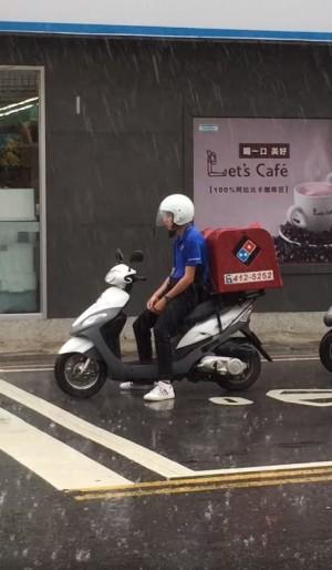颱風天還要外送......店員無奈眼神死 網友直呼好心疼