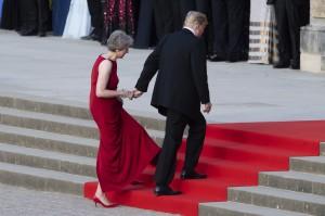 川普當老婆面牽手英相走紅毯 外媒直呼好尴尬