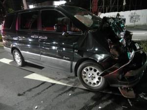 廂型車暴衝連撞3車 駕駛不見蹤影