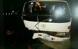 小貨車迴轉被直行自小客迎面撞 釀4傷