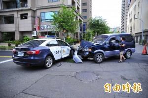 伸冤?警車被撞旋轉180度 恰巧是舞女跳樓身亡處