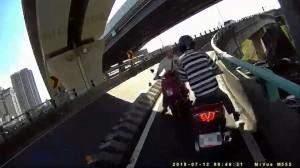 前方車禍不耐久候  三寶男竟逆向下橋撞車傷人