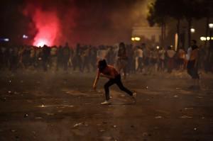 法民眾慶祝嗨過頭變調   警用催淚彈、高壓水柱爆衝突