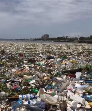 驚人!塑膠丟入海 多明尼加海岸掀起垃圾浪